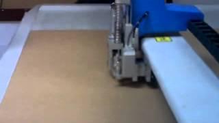 планшетный режущий плоттер в процессе раскройки коробки из микрогофрокартона(, 2014-11-03T07:12:55.000Z)