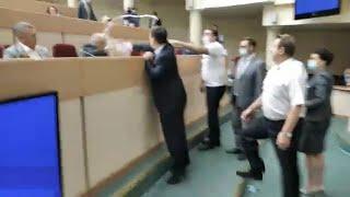 Депутаты Саратовской облдумы устроили на заседании драку с обливанием водой