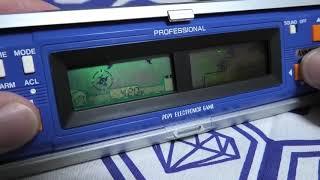 Courte vidéo de gameplay du jeu Space Cobra Professional. Le jeu se présente dans un boitier tout en longueur refermable. Il a pour originalité de proposer 2 ...