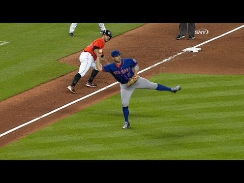 NYM@MIA: Wright fields slow roller, throws out Ozuna