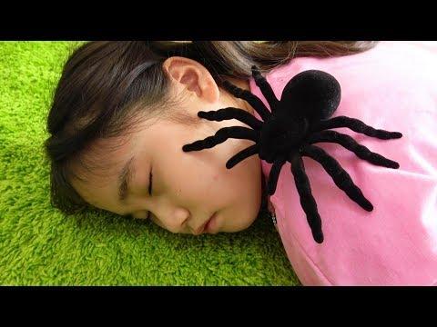 spider creeping up pretend play 銇撱亞銇忋倱銇寚銇�!? 閫冦亽銇︼綖!! 銇娿倖銇嗐亷 銇撱亞銇忋倱銇伩銇°們銈�
