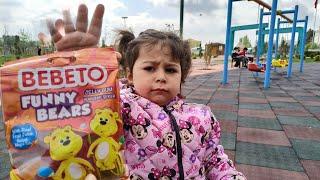 Ayşe Ebrar Çok Fazla Ayıcıklı Şeker Yedi. Annesi Elinden Alınca Ağladı. Şekerleri Aldı Kaçtı.
