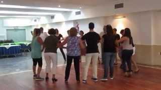 Intentando aprender una danza griega