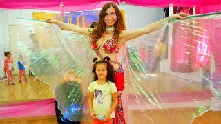 Первый УРОК танцев у АЛИС! Очень КЛАССНЫЙ урок ТАНЦЕВ для ДЕТЕЙ! Маленькие дети учатся танцевать