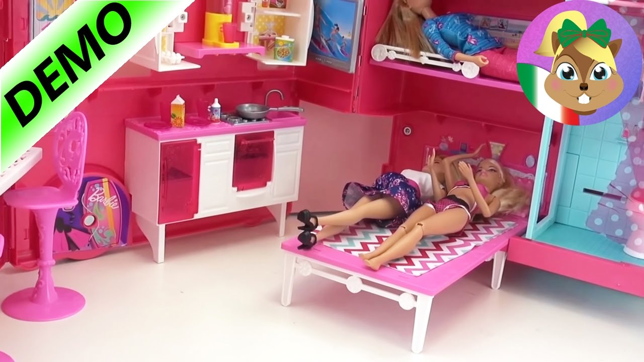 Letto Di Barbie Matrimoniale.Barbie Camper Italiano Il Camper Di Barbie Con Quattro Barbie Con