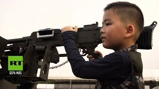 Los menores de Tailandia celebran el Día del Niño jugando con armas de guerra reales