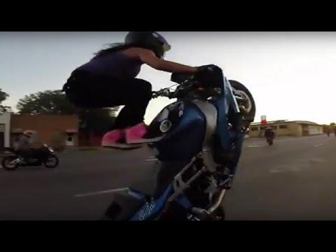 【海外】かなりの上級者なバイクテクニックを持った女子ライダーの神業ウイリー