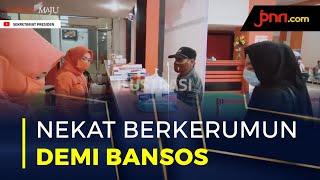 Demi Antrean Bansos Tunai, Warga Nekat Berkerumun - JPNN.com