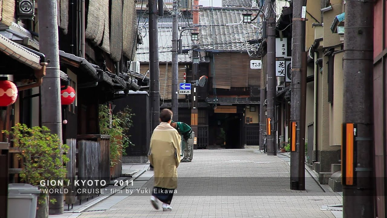 Kyotos traditional Geisha district Gion - YouTube