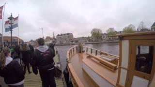 Жених подплывает к невесте на лодке с музыкой