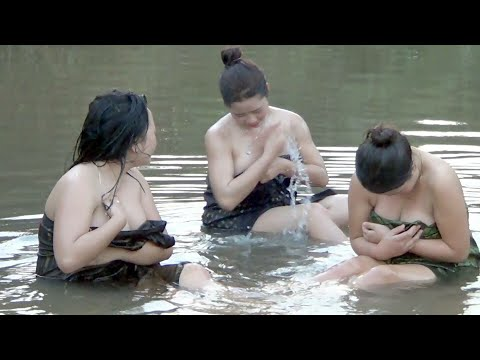 Girl Primitive Technology Showered In River - สาวอาบน้ำสนุกมาก thumbnail