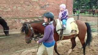 vuclip Emma Luise reitet - erste 'Reitstunde' mit Charlotte