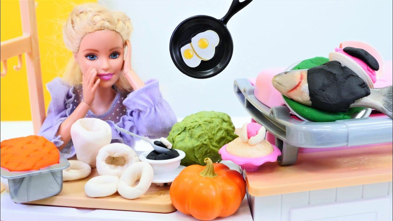 Preparamos marisco en la cocina de Barbie. Juegos de cocina para niñas. Muñecas y Juguetes