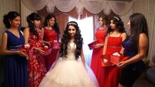 Жених едит за невестой
