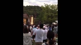2012年8月25日播磨中央公園でのライブ映像だよ。 真ん中の小さい黄色く動いているのが松本さんだよ。