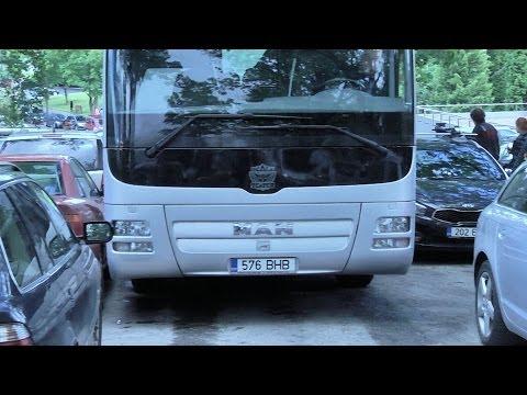 Ugala buss kriipis autosid