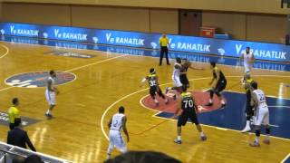 Kenardaki Vesely ve Ekpe'nin arkadaşlarının basketlerine sevinci