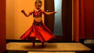 Девочка Алина танцует восточный танец