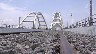 Строители завершили укладку рельсов на Крымском мосту.