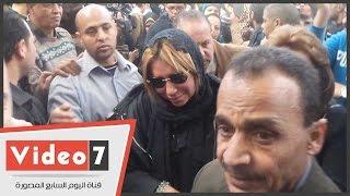 بالفيديو .. انهيار شافكى المنيرى فور وصول جثمان زوجها ممدوح عبد العليم