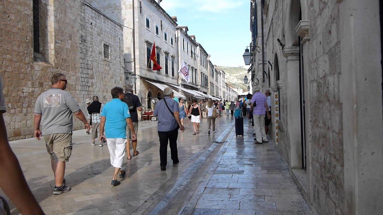 #11196, Personas Caminando Por Una Calle Empedrada [Raw
