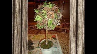 Дерево из природных материалов.