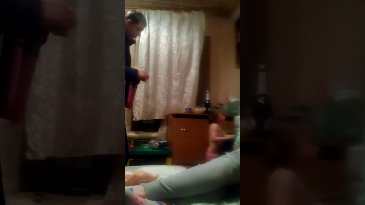 Девушка проиграла в споре и теперь раздевается видео
