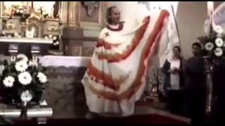 """LadyPadre"", sacerdote de Monterrey bailando en Iglesia"