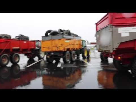 Les agriculteurs bloquent les Leclerc de la Mayenne