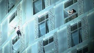 Spiderman scala la Cayan Tower di Dubai