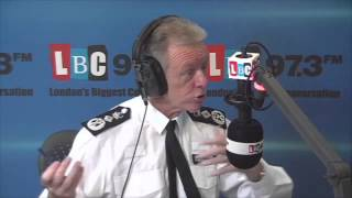 Gambar cover Hogan-Howe Reveals Met Police Officers Will Wear Cameras On The Beat