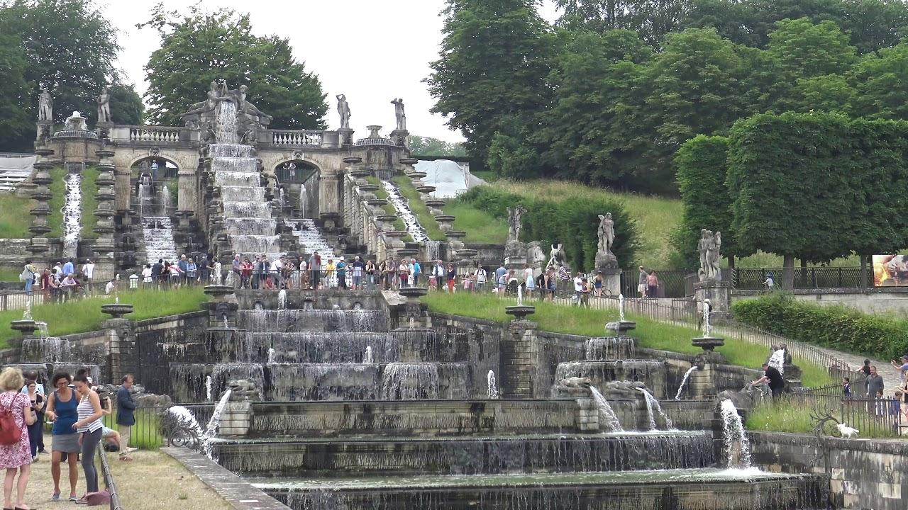 Grande cascade et jets d'eau du parc de Saint-Cloud - YouTube