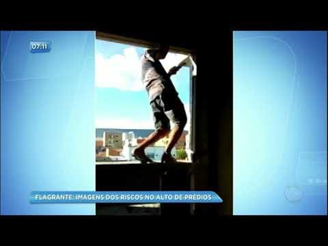 Pessoas se arriscam no alto dos prédios e arriscam suas vidas