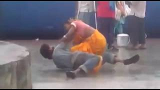 ভারতীয় স্বামী ও স্ত্রীকে Railwaystation মধ্যে ফাইটিং