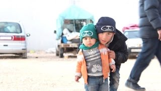 Thousands of Syrians brave freeze at Turkey border