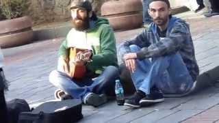 Мужик с гитарой и мужик с сигаретой