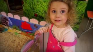 Melissa la Zoo   Hranim si Mangaiem Animalutele   Video pentru Copii