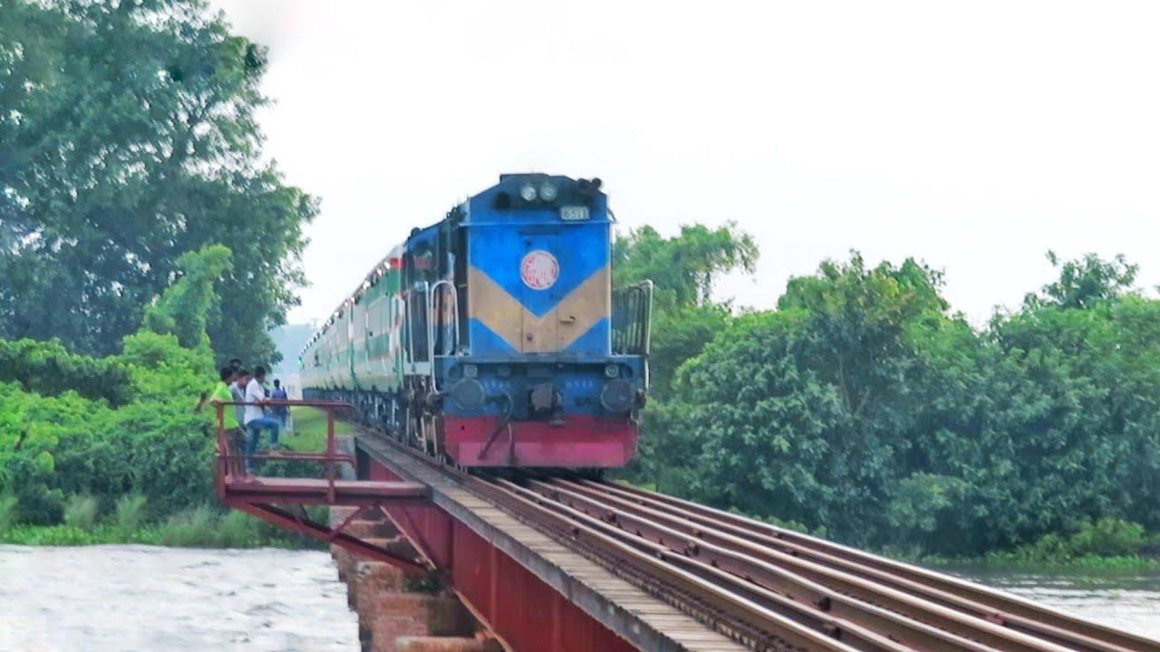 Non stop speedy Benapole Express passing A Railway Bridge    Baujan Railway Bridge    Dilpashar