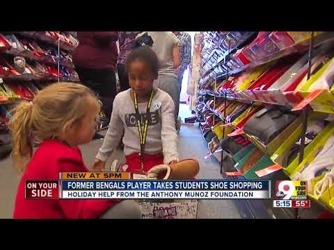 Anthony Munoz takes local kids shoe shopping