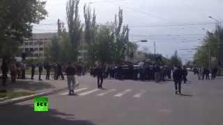 Бронетехника против безоружных людей в Мариуполе(9 мая киевские власти ввели в Мариуполь вооруженных людей и бронетехнику, в том числе БМП. Местная самооборо..., 2014-05-09T11:15:35.000Z)