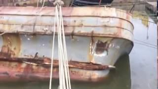 В корсаковском порту из старого судна выливается мазут