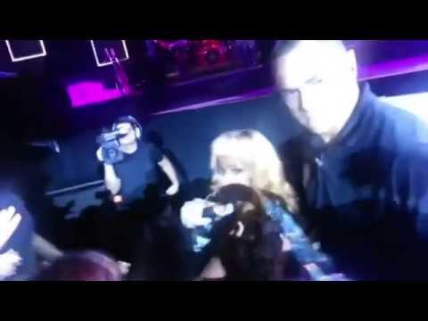 Rihanna golpea fans durante concierto