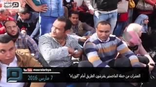 بالفيديو| العشرات من حملة الماجستير يفترشون الطريق أمام