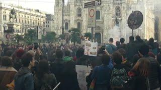 Studenti in corteo a Milano, brucia bandiera della Lega al Duomo