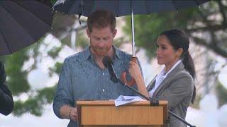 شاهد: دوقة ساسكس الحامل تحمل المظلة لزوجها هاري في بلدة أسترالية…