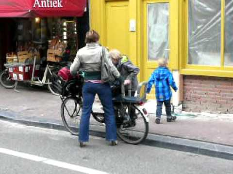 3 kids, 2 wheels, 1 supermum in Amsterdam
