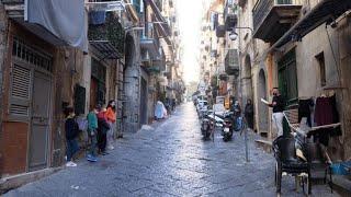 Covid, scuole chiuse a Napoli: il maestro va sotto i balconi e legge Rodari agli alunni