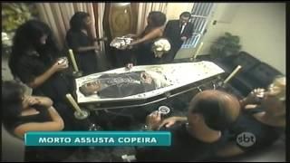 Repeat youtube video Morto Assusta Copeira | Pegadinha | Programa Silvio Santos
