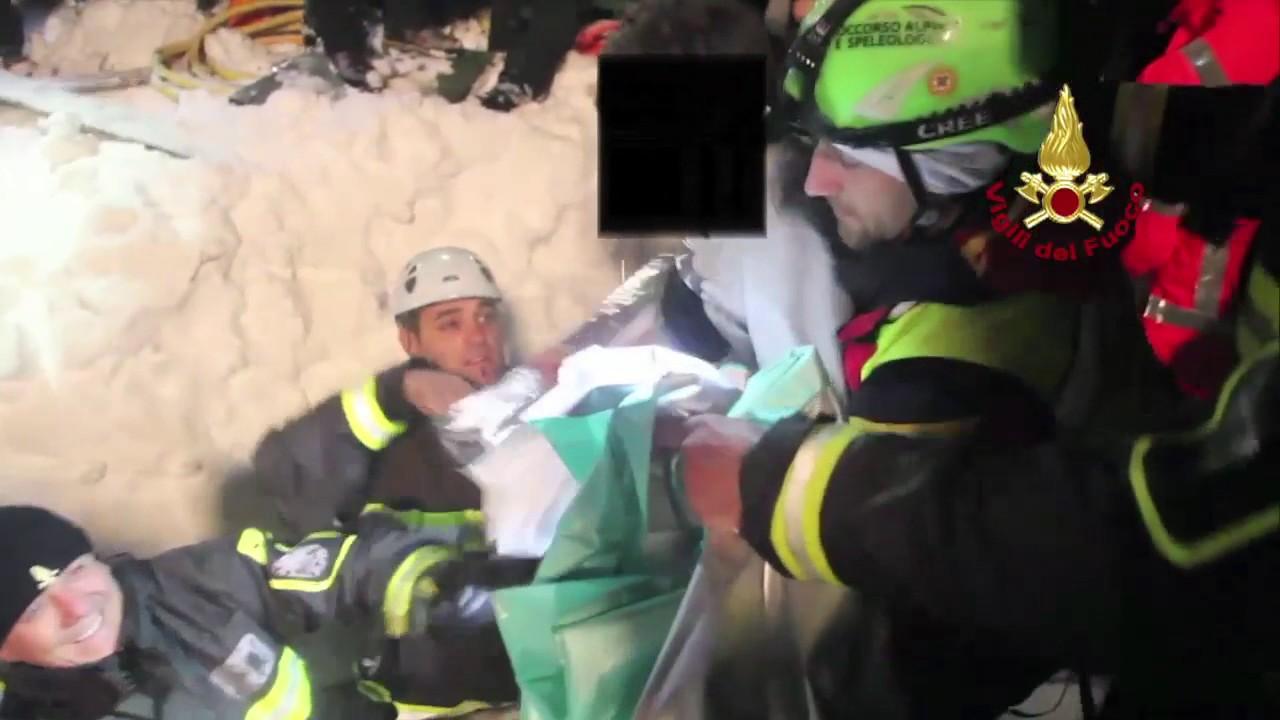 Abruzzi Farindola il recupero di 4 bimbi   e alcune persone dall' Hotel Rigopiano: video #1