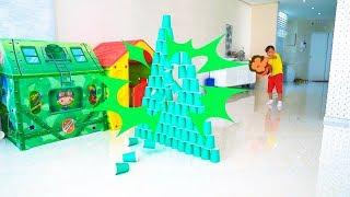 قامت سينيا ببناء الأهرامات العملاقة من الكؤوس الملونة وتقلبها بالسيارات